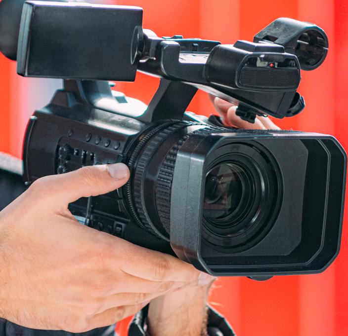 Mano che regge una telecamera per raffigurare l'area stampa del sito de La Baruffa Veneta, gioco di strategia basato sulla regione Veneta.