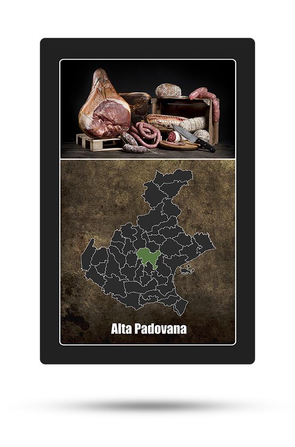 """Nel gioco di strategia """"La Baruffa Veneta"""", le """"carte possedimento"""" rappresentano i singoli territori che compongono le Provincie. Nella parte superiore è raffigurato cosa caratterizza il territorio mentre in quella inferiore vi è la posizione all'interno della cartina della regione Veneto. In questo caso, l'Alta Padovana è rappresentata da una cassetta in legno con dei salumi e degli insaccati."""